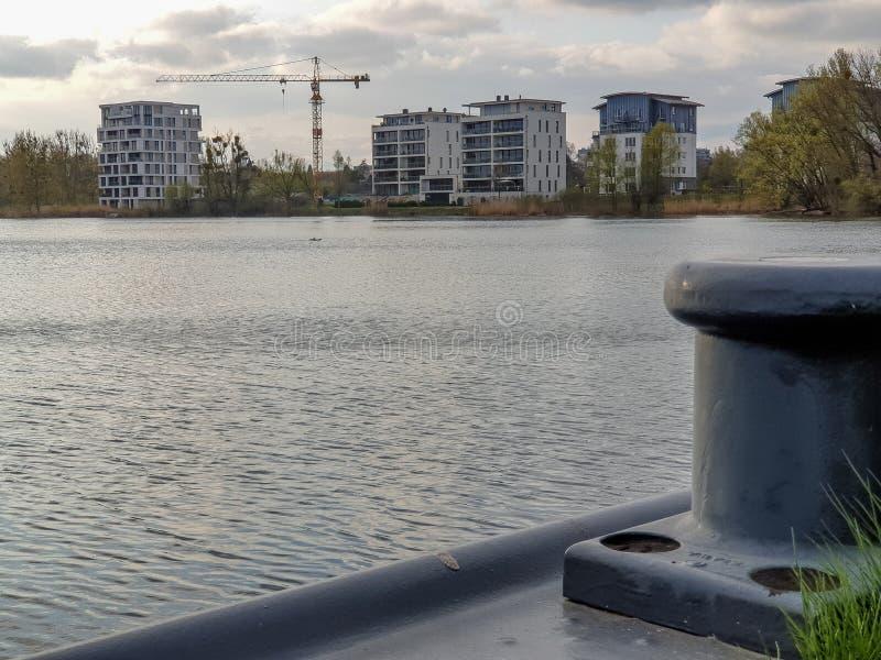 Emplazamiento de la obra en el lago imagen de archivo