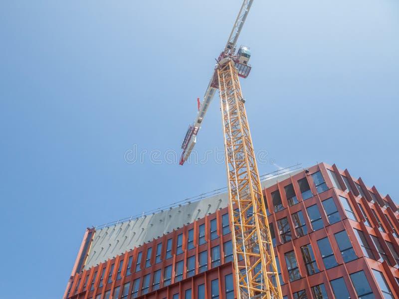 Emplazamiento de la obra en Francia de un edificio del edificio de oficinas, con scaffholdings, fachadas de acero y de cristal y  fotos de archivo libres de regalías