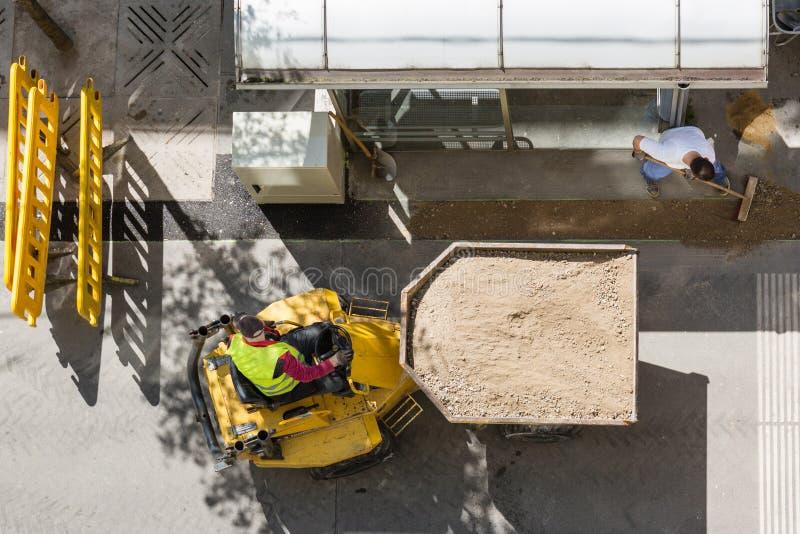 Emplazamiento de la obra en un camino en verano Silueta del hombre de negocios Cowering Concepto de las estructuras de la ciudad  imagen de archivo