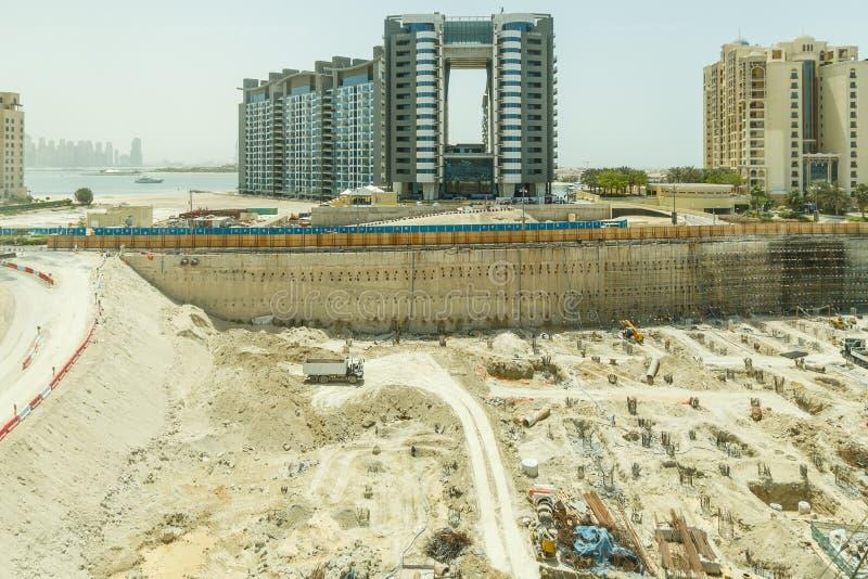 Emplazamiento de la obra que vio del monorrail en el medio de la manera a la Atlántida, Dubai fotografía de archivo libre de regalías