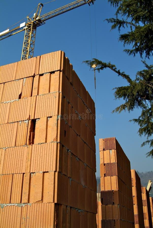 Emplazamiento de la obra residencial con los ladrillos rojos imagen de archivo