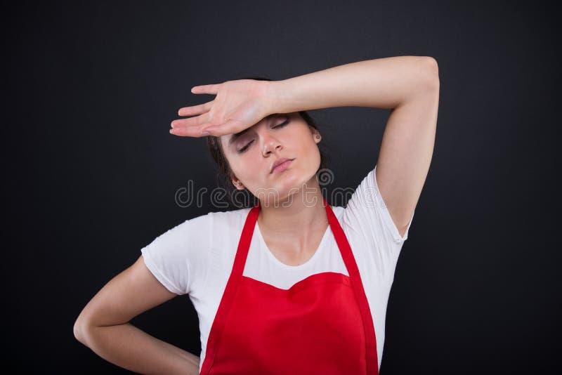 Empleado cansado que tiene un dolor de cabeza de la jaqueca imagen de archivo