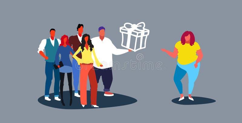Empleado de oficina de los empresarios que felicita al equipo corporativo del colega femenino obeso gordo que presenta sorpresa d libre illustration