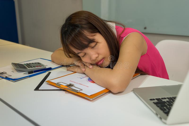 Empleado de oficina trabajador que duerme en oficina foto de archivo libre de regalías