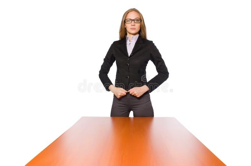 Empleado de sexo femenino que se sienta en la tabla larga aislada en blanco imágenes de archivo libres de regalías