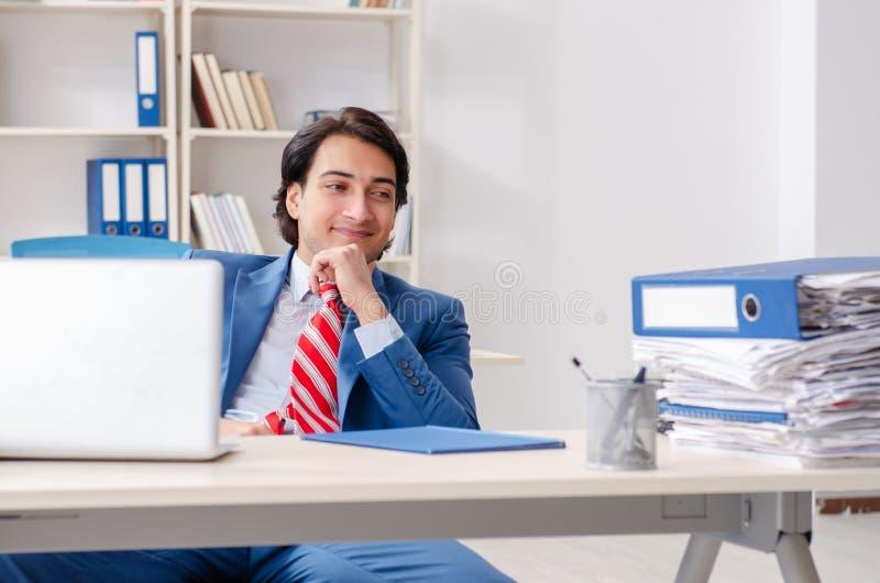 Empleado de sexo masculino feliz joven en la oficina fotos de archivo