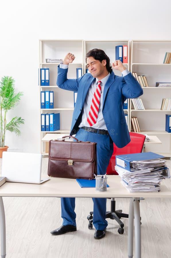 Empleado de sexo masculino feliz joven en la oficina imagen de archivo libre de regalías