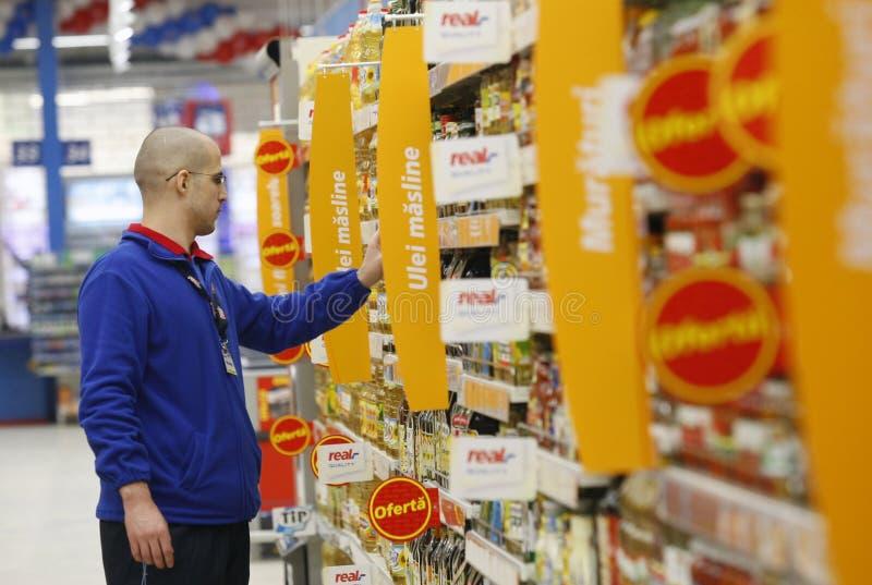 Empleado en el supermercado fotos de archivo