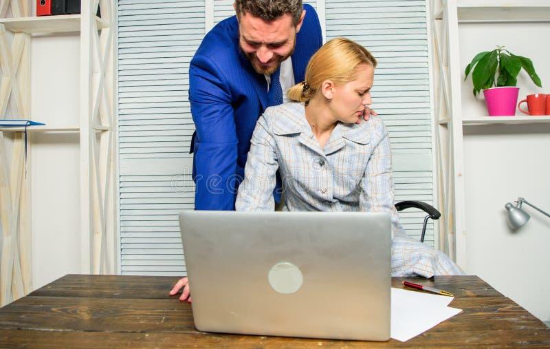 Empleado inaceptable del subordinado del comportamiento de Boss Colega de oficina femenino del tacto de Boss El trabajador de muj imagen de archivo libre de regalías