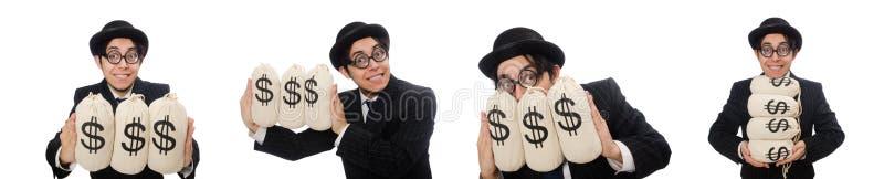 Empleado joven que sostiene bolsos del dinero aislados en blanco fotos de archivo