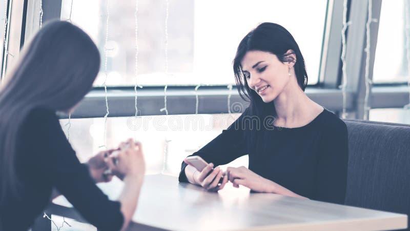 Empleados de la compa??a con smartphones en el lugar de trabajo en la oficina foto de archivo libre de regalías