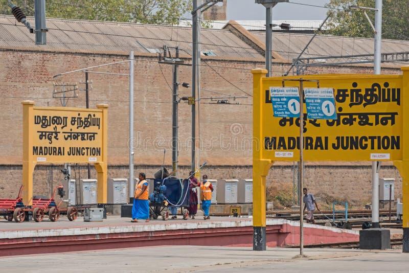 Empleados ferroviarios indios en la estación de empalme de Madurai fotografía de archivo