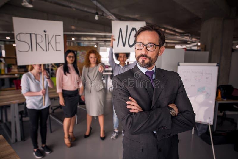 Empleados insatisfechos en huelga en la oficina imagen de archivo