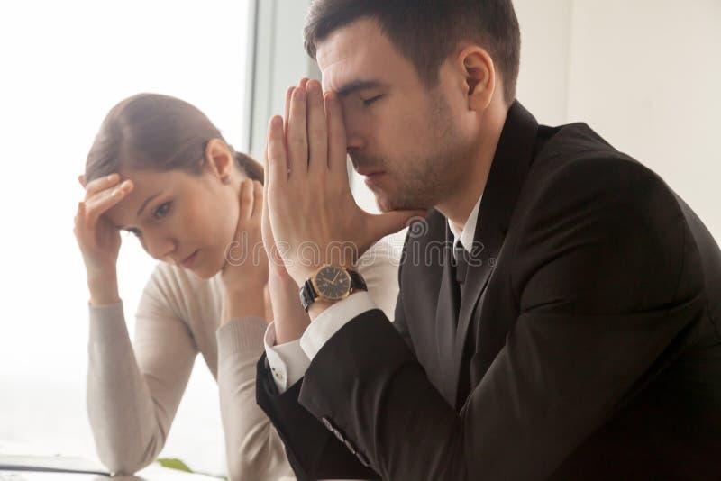 Empleados jovenes frustrados de dificultades en trabajo foto de archivo