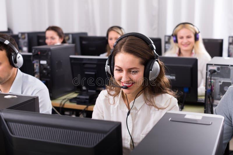 Empleados que reciben llamadas imagenes de archivo