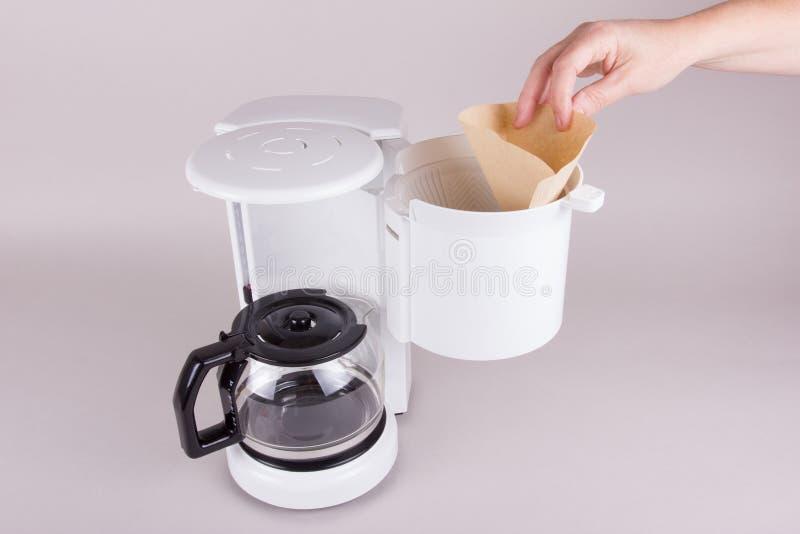 Emplee el filtro de café en fabricante de café foto de archivo libre de regalías