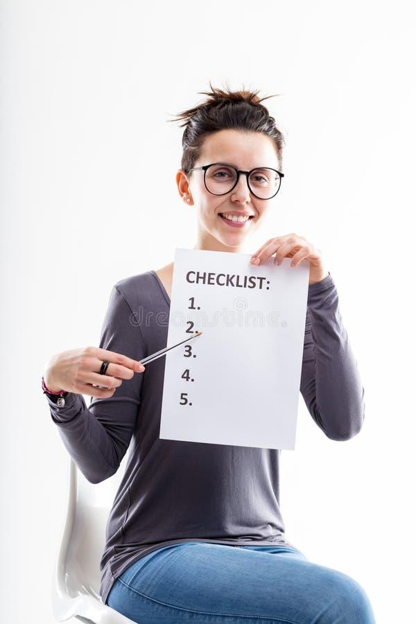 Employ De Bureau Illustrant Une Liste De Contrle Photo stock
