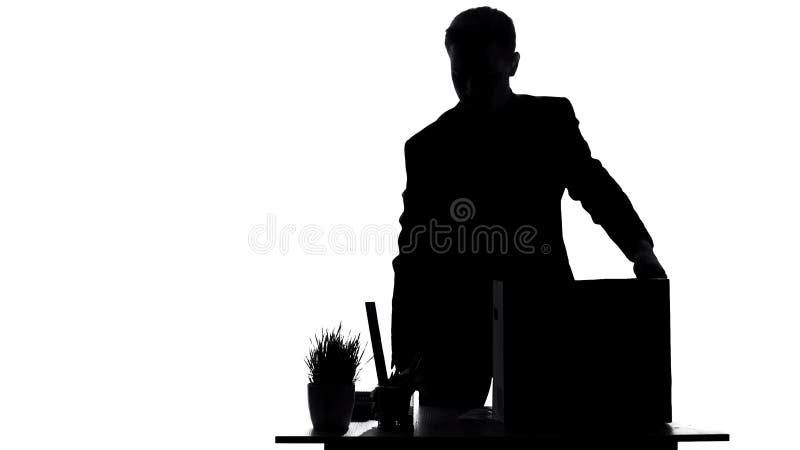Employé écarté rassemblant des choses de la table de bureau dans la boîte, échec de carrière photo libre de droits