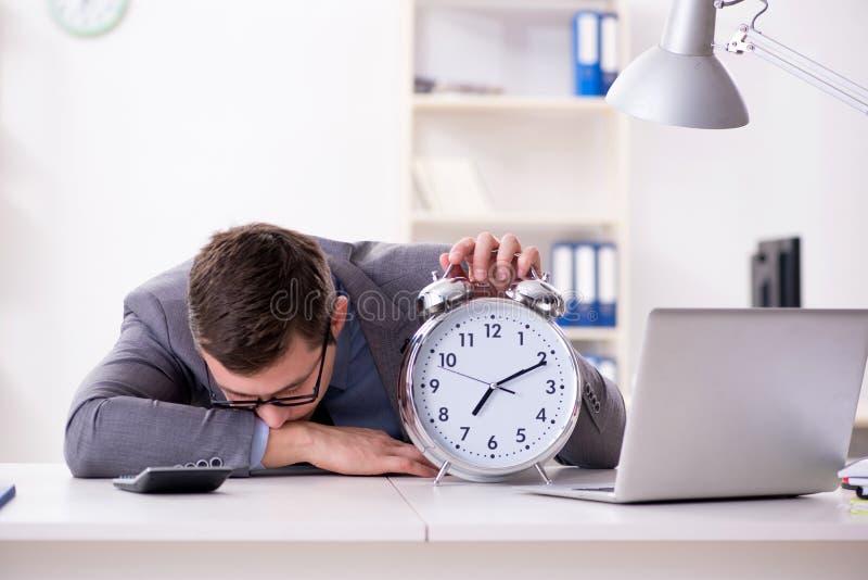Employé d'homme d'affaires dans le concept d'urgence et de date-butoir avec l'alarme images stock