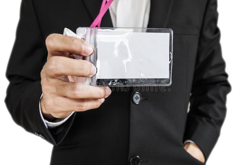 Employé dans le costume noir montrant la carte d'identification, d'isolement sur le fond blanc images libres de droits