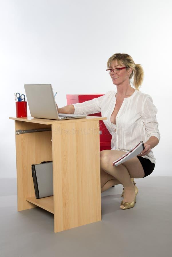 Employé de bureau à l'aide de l'ordinateur portable photo libre de droits