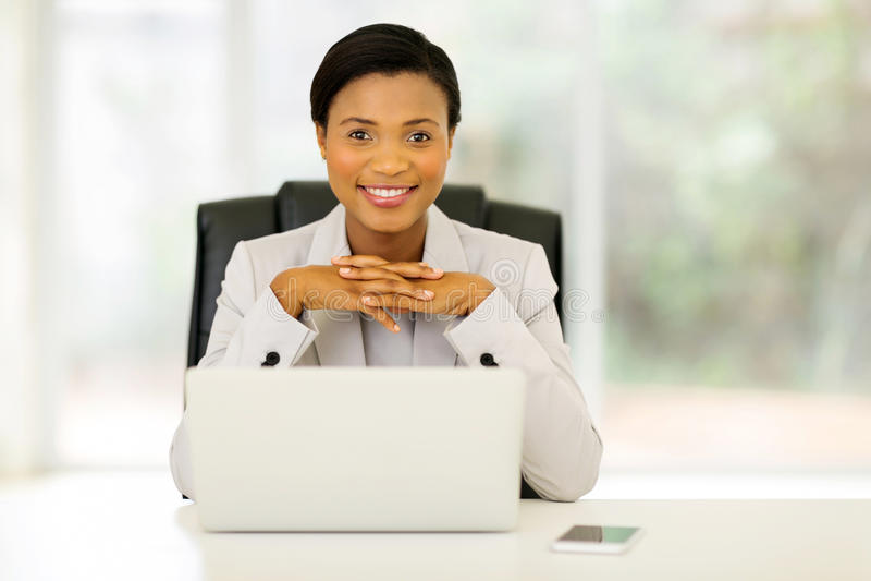 Employé de bureau africain féminin photographie stock