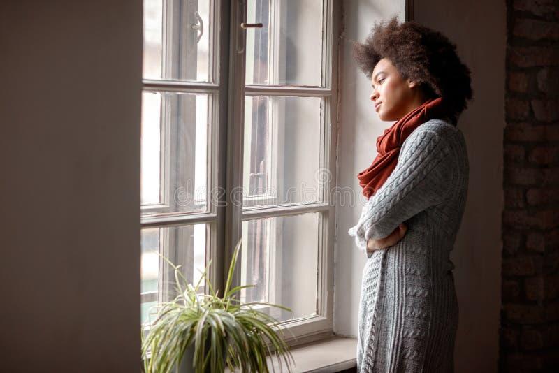 Employé de bureau afro-américain d'affaires occasionnelles dans le bureau image libre de droits