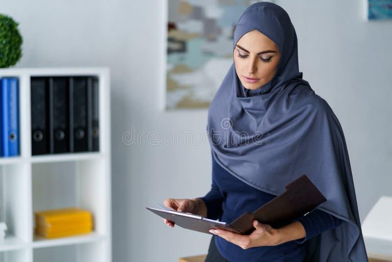 Employé de bureau arabe féminin photos stock
