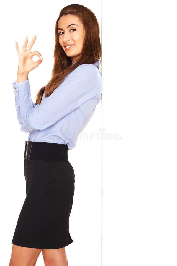 Employé de bureau derrière un conseil blanc image stock