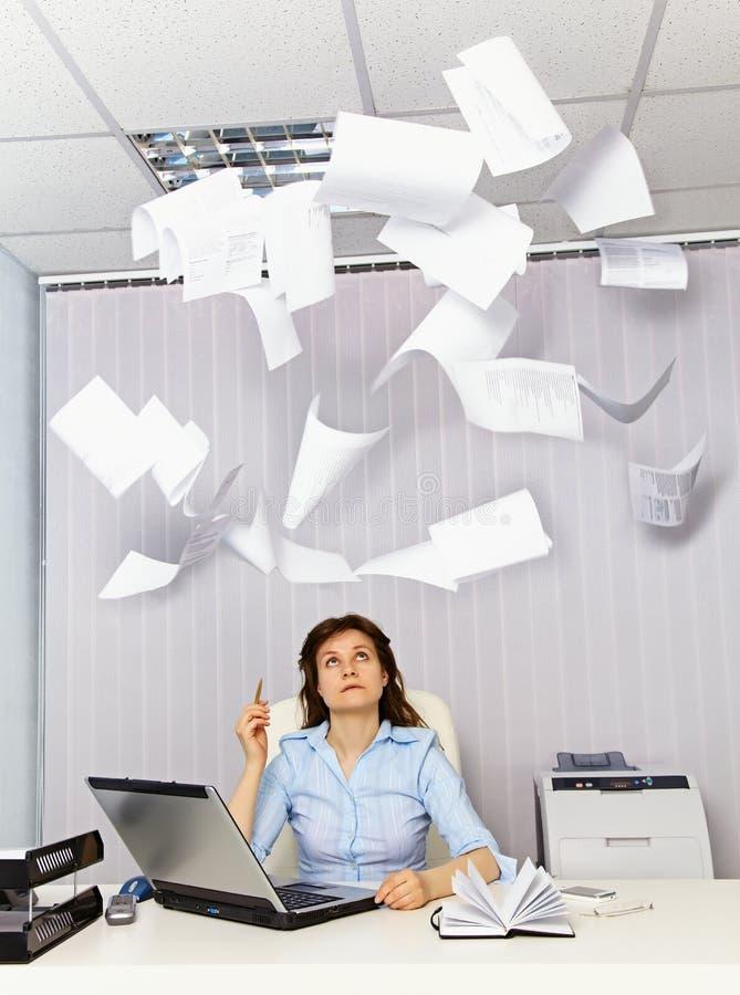 Employé de bureau et documentation ennuyante images libres de droits