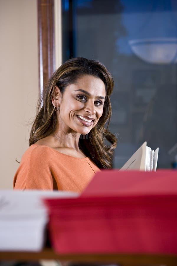 Employé de bureau féminin, appartenance ethnique indienne photos stock