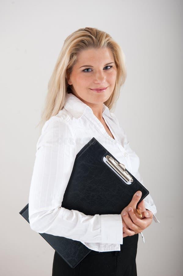 Employé de bureau féminin avec le DÉPLIANT photographie stock