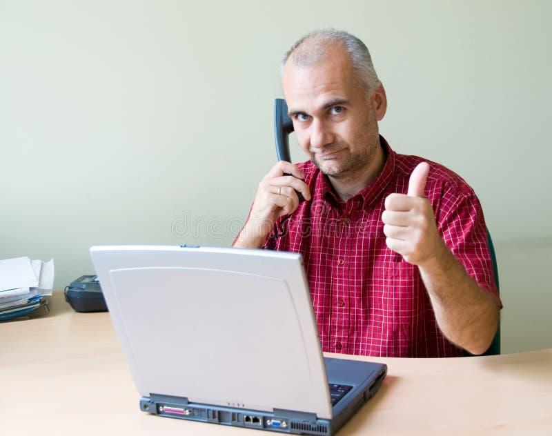 Employé de bureau heureux avec le pouce vers le haut image libre de droits