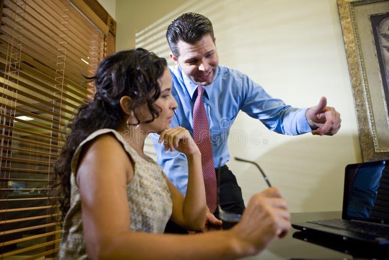 Employé de bureau hispanique travaillant avec le collègue mâle photo libre de droits