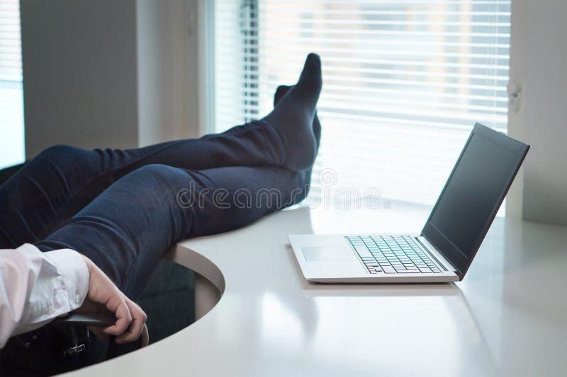Employé de bureau paresseux image stock