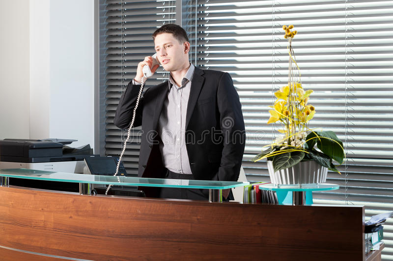 Employé de bureau parlant au téléphone photos libres de droits
