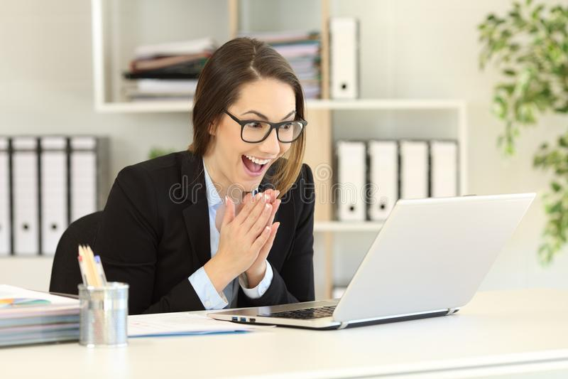 Employé de bureau plein d'espoir observant le contenu en ligne photos libres de droits