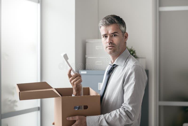 Employé de bureau recevant un appel de surprise dans une boîte photos stock