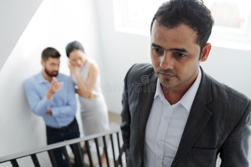 Employé de bureau relevant les escaliers photo libre de droits