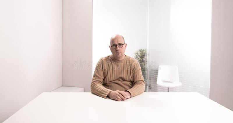 Employé de bureau triste dans une salle vide images libres de droits