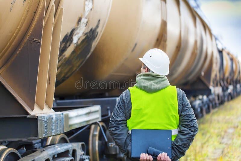 Employé de chemin de fer avec le dossier photos stock