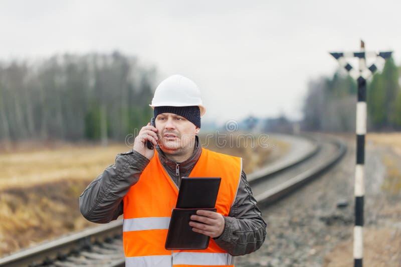 Employé de chemin de fer avec le téléphone photos libres de droits