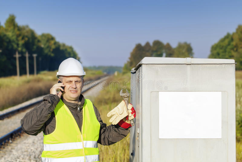 Employé de chemin de fer avec le téléphone portable photos stock