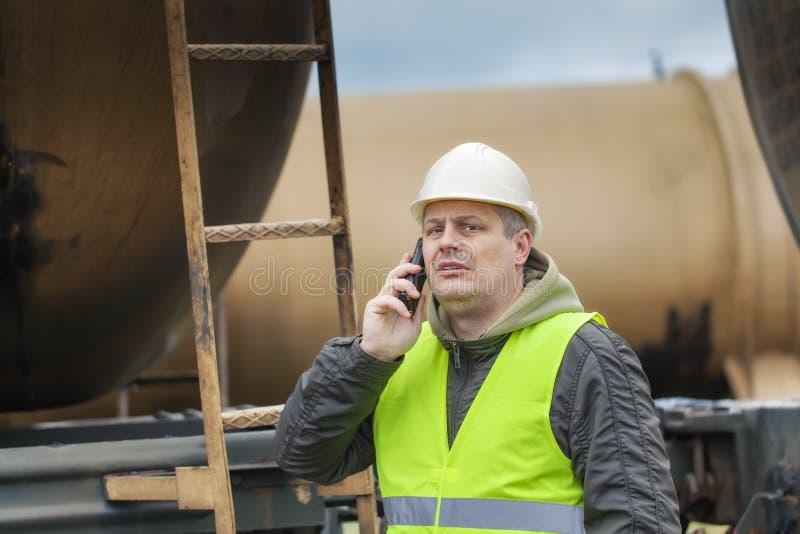Employé de chemin de fer avec le téléphone portable photos libres de droits