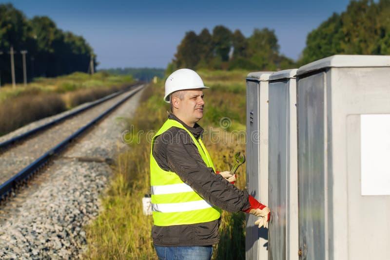 Employé de chemin de fer près de chemin de fer photos libres de droits