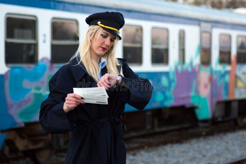 Employé de chemin de fer vérifiant le temps images libres de droits