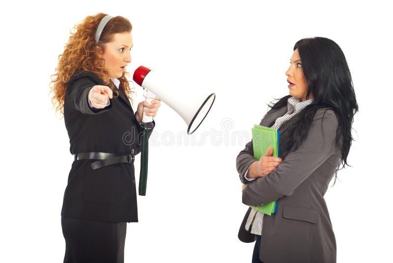 Employé de cri de gestionnaire dans le mégaphone image stock
