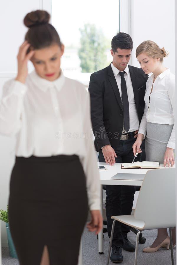 Employé de désespoir après la réunion disciplinaire photographie stock