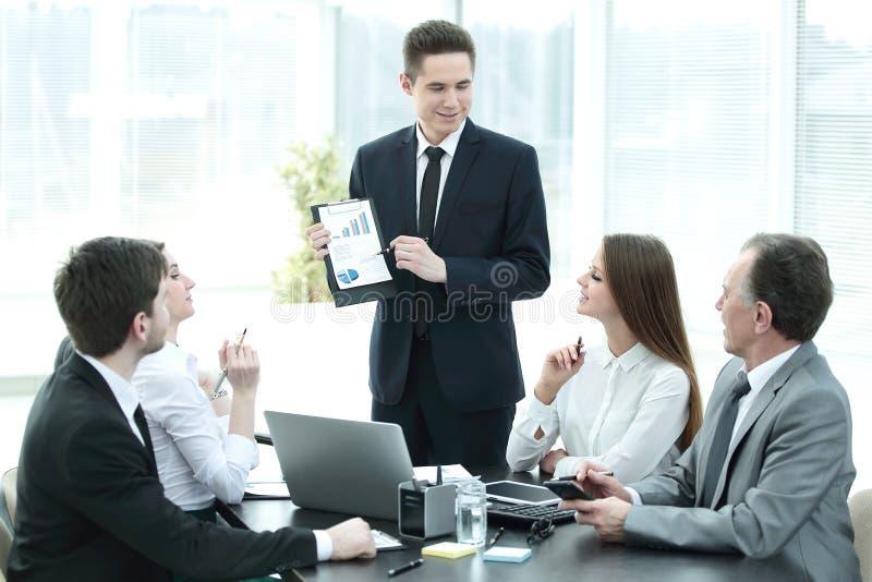 Employé de la société fournissant de nouvelles idées de développement des affaires lors d'une réunion d'affaires images stock