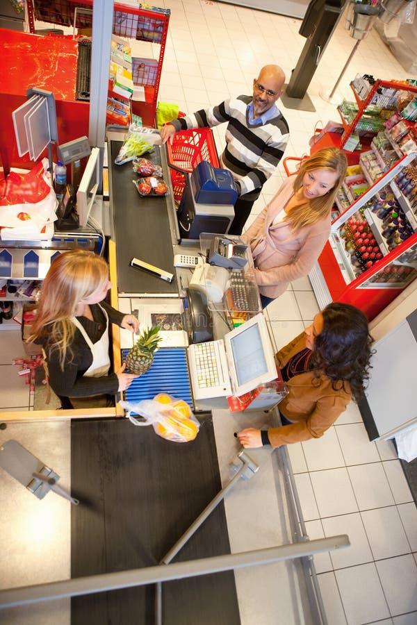 Employé de magasin avec le propriétaire images stock